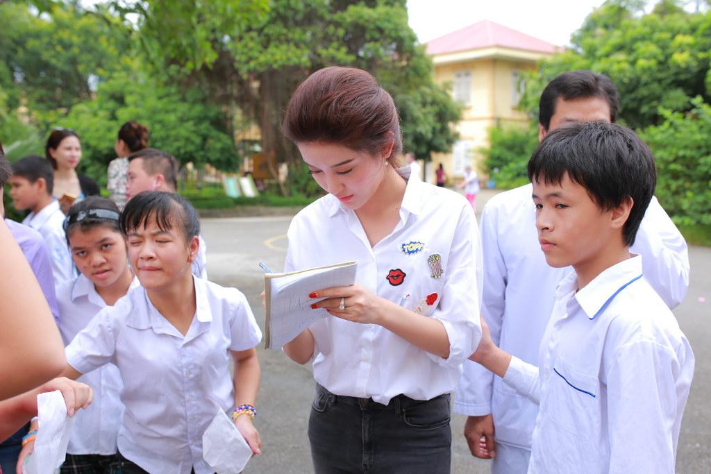 Huyền My đi từ thiện cùng Giang Còi, Quang Tèo 5