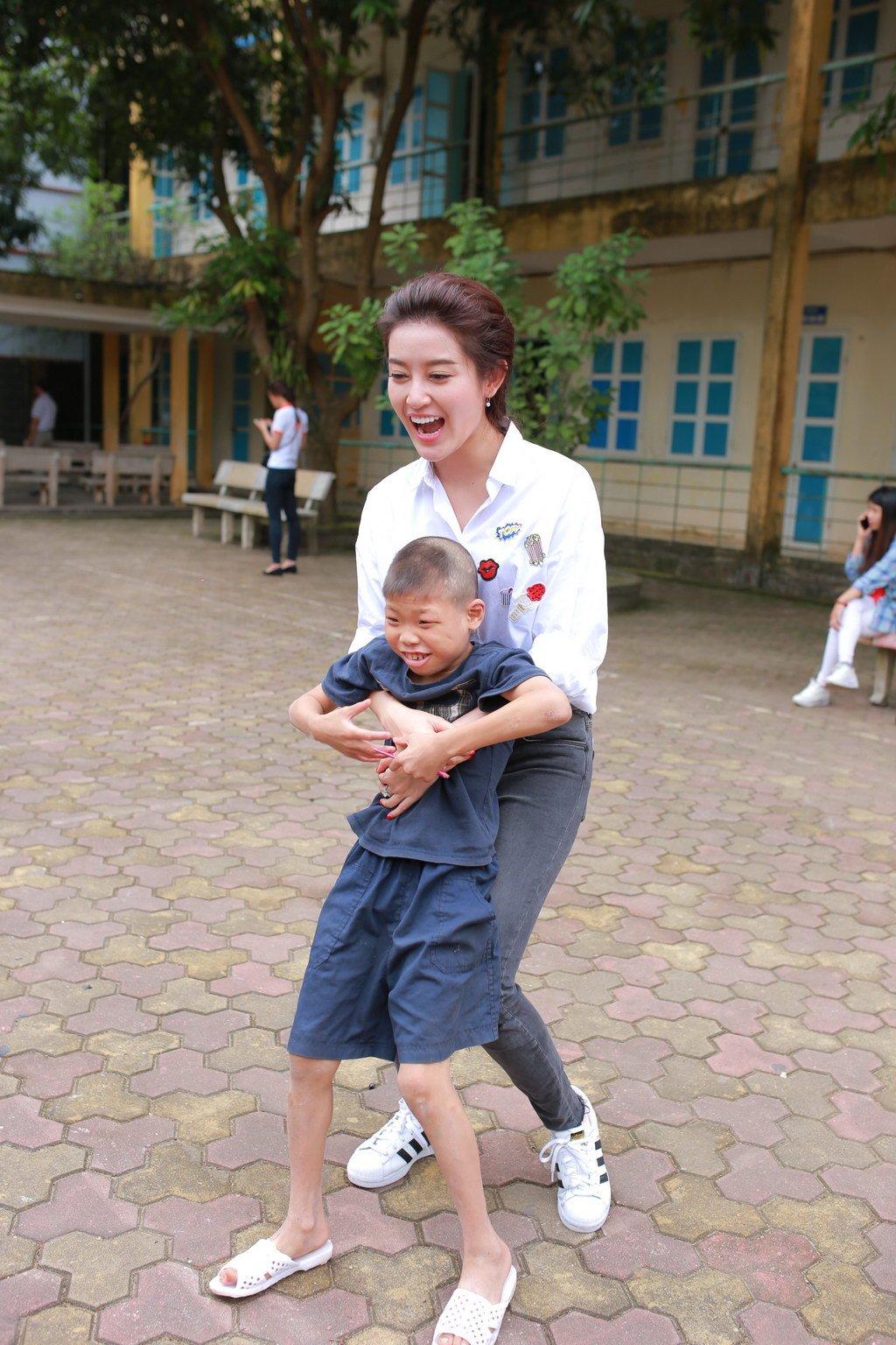 Huyền My đi từ thiện cùng Giang Còi, Quang Tèo 8