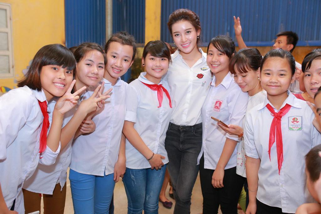 Huyền My đi từ thiện cùng Giang Còi, Quang Tèo 11
