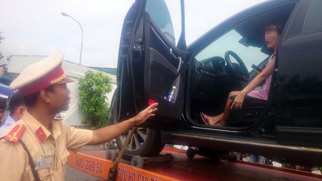CSGT cẩu xe ô tô vi phạm cùng nữ tài xế