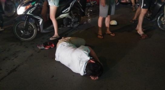 Va chạm giao thông, người đàn ông bị 4 thanh niên đánh gục giữa phố 1