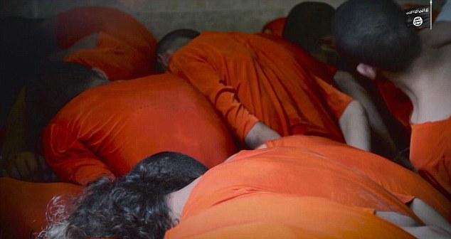 Ớn lạnh cảnh IS hành quyết tù nhân trong lò mổ như