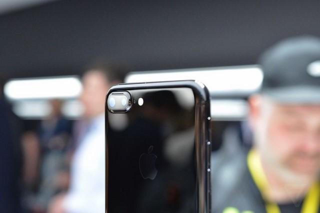 Sau 2 ngày sử dụng, iPhone 7 Jet Black trầy xước 7