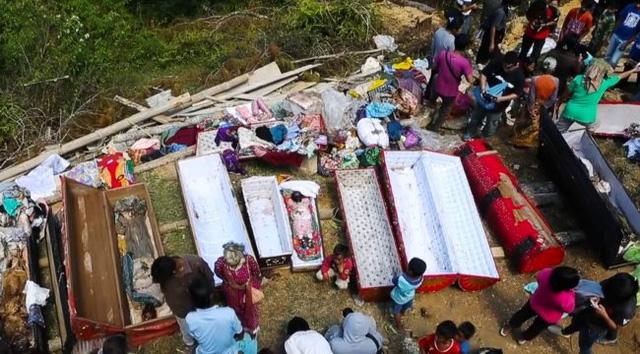 Kỳ lạ tập tục sống cùng người chết ở Indonesia 1