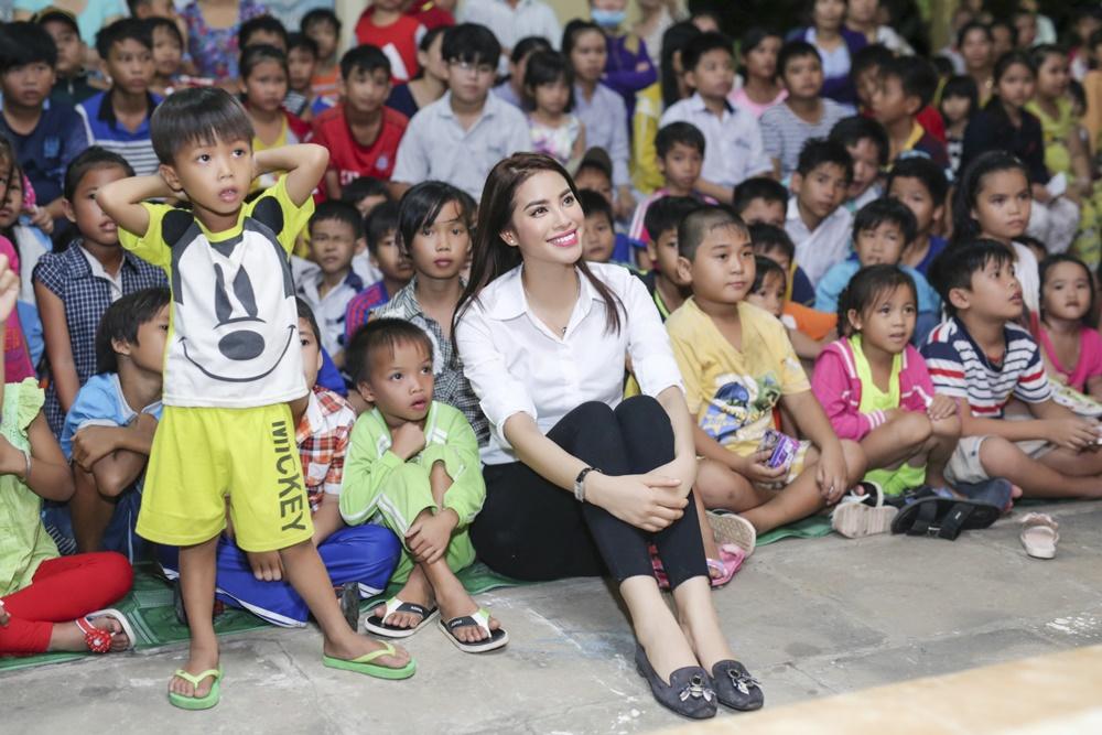 Phạm Hương trao quà cho người già, trẻ em đêm trung thu 8