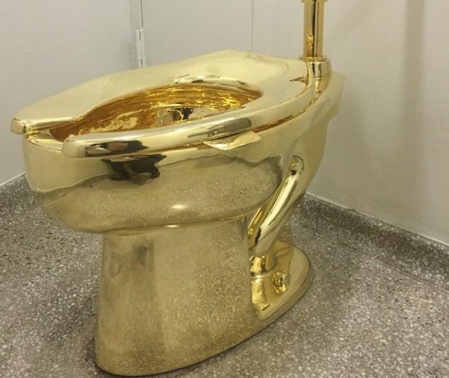 Cận cảnh chiếc bồn cầu được đúc bằng vàng 18 carat 1