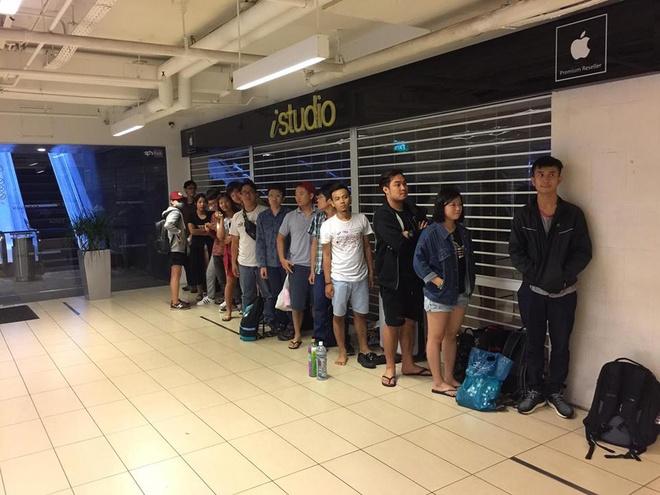 Người Việt tranh giành, gây náo loạn khi mua iPhone 7 trong đêm ở Singapore 4