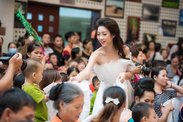 Tranh cãi việc Hoa hậu Mỹ Linh mặc váy cúp ngực đi từ thiện 2