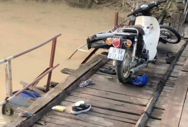 Tai nạn trên cầu phao, hai người rơi xuống sông chết 1