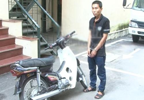 Khởi tố thanh niên dí dao, cướp xe máy giữa phố ở Hà Nội 1