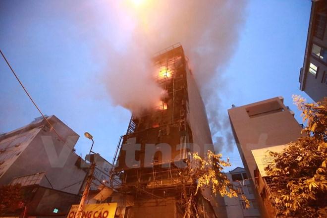 Cháy lớn ở quán karaoke 8 tầng Nguyễn Khang, Hà Nội 1