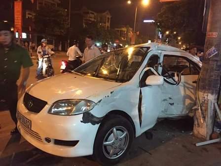 Xe ô tô mất lái đâm thẳng vào quán ốc, 4 người nhập viện 2