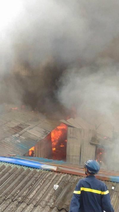 Cháy lớn thiêu rụi hàng trăm mét vuông lán công nhân tại Hà Nội 2