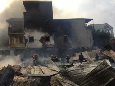 Cháy lớn thiêu rụi hàng trăm mét vuông lán công nhân tại Hà Nội 3