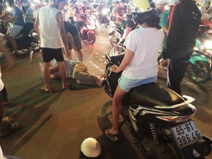 Tìm ra cặp vợ chồng đánh gục người đàn ông trên đường vì quẹt xe 1