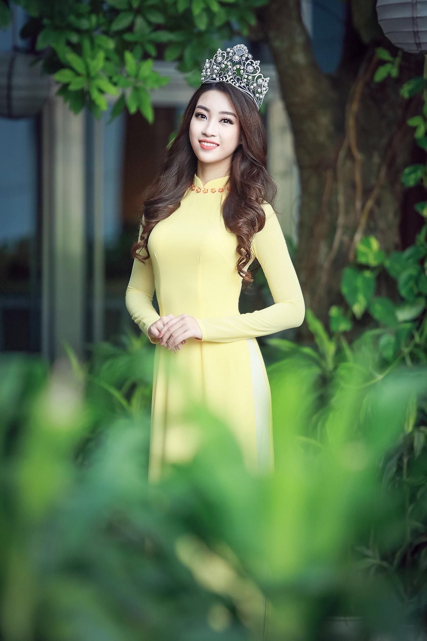 Hoa hậu Mỹ Linh tỏa sáng trong tà áo dài vàng tại sự kiện 6
