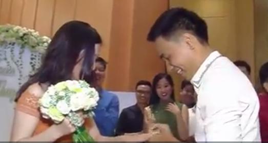 Chàng trai cầu hôn bạn gái trong đám cưới bạn thân gây sốt 1