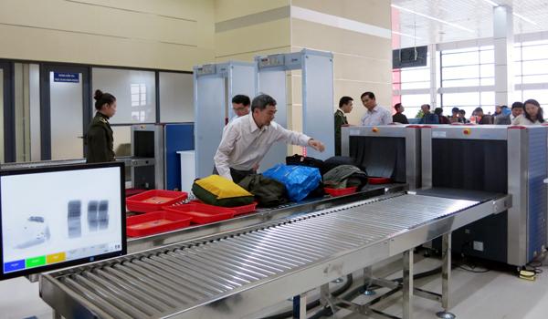 Hành khách mang 3 bọc đen chứa bột trắng, nghi ma túy đá lên máy bay 1