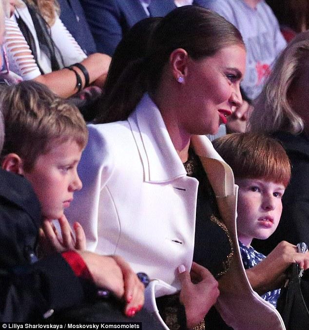 Người tình tin đồn của Putin đeo nhẫn cưới xuất hiện cùng 2 bé trai 1