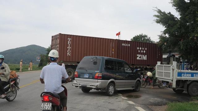 Cạy cửa cứu hành khách mắc kẹt trên xe sau tai nạn kinh hoàng 2
