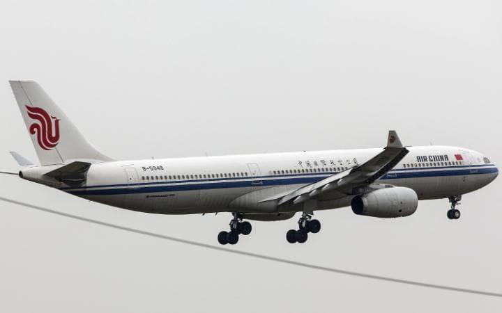 Dùng thìa và tăm cứu hành khách bị động kinh trên máy bay 1