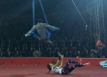 Á hậu Hoàng Oanh gặp tai nạn trên sân khấu 1