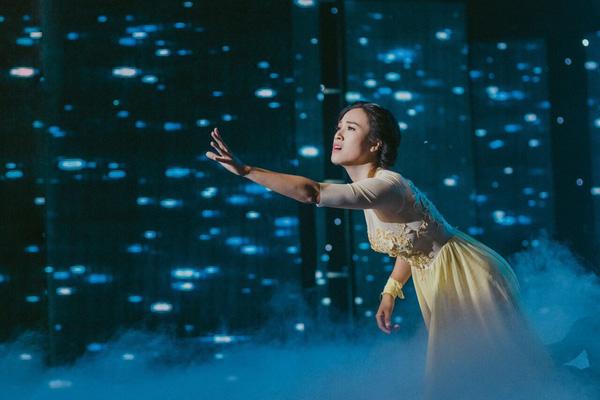 Á hậu Hoàng Oanh gặp tai nạn trên sân khấu 2