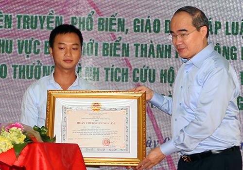 Vụ chìm tàu trên sông Hàn: Thuyền viên cứu người được trao Huân chương  1