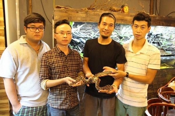 Video: Cận cảnh con trăn hai đầu hai thân ở Hà Nội được trả giá trăm triệu  1