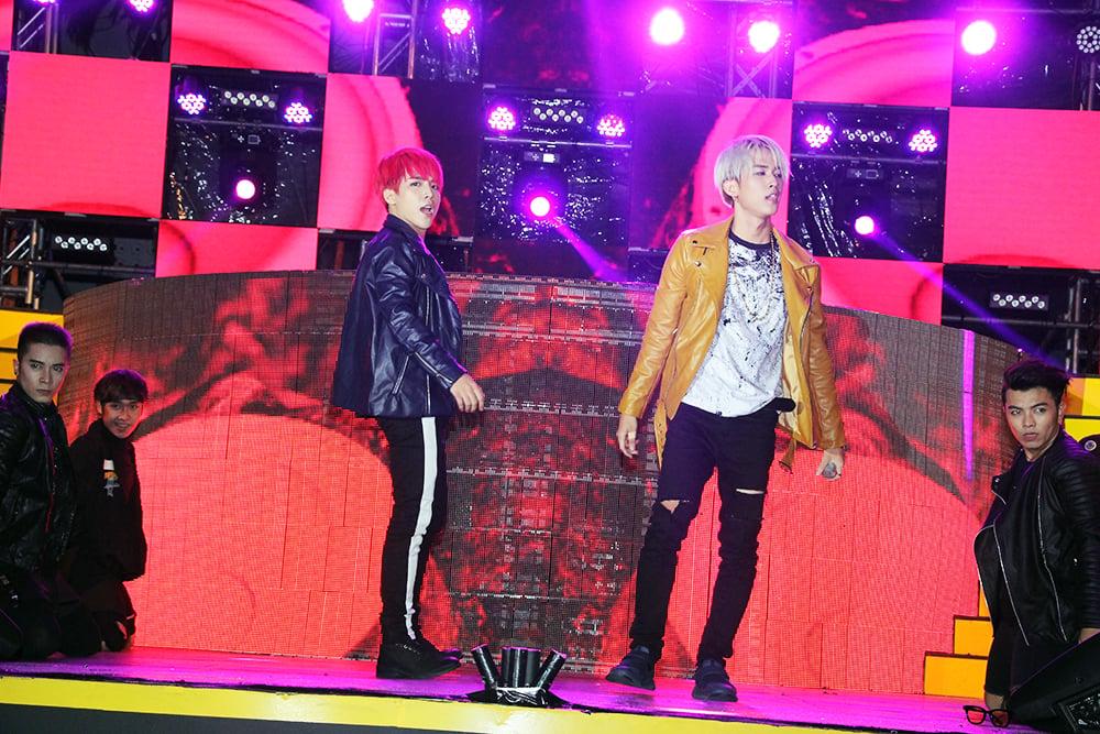 Fan cuồng đập cửa gọi tên Uni5 trong show diễn của Đông Nhi 5