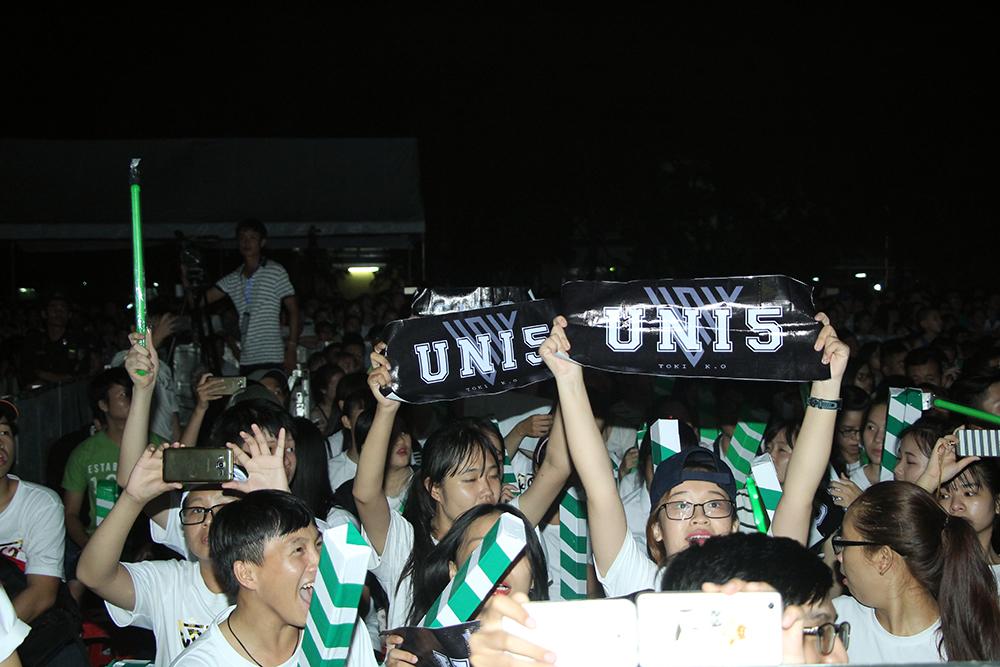 Fan cuồng đập cửa gọi tên Uni5 trong show diễn của Đông Nhi 3