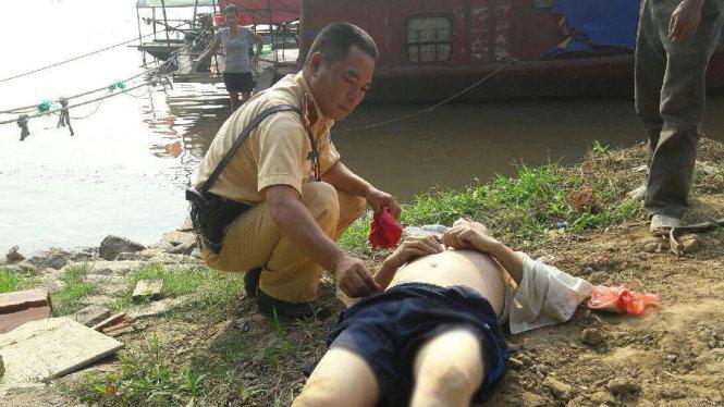 CSGT dùng canô cứu người đàn ông nhảy cầu Chương Dương tự vẫn 1
