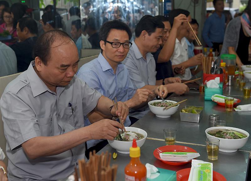 Video: Thủ tướng trả tiền ăn phở, uống cà phê ở Sài Gòn 1