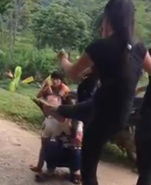 Lại xuất hiện clip nữ sinh bị đánh hội đồng đến ngất xỉu  1