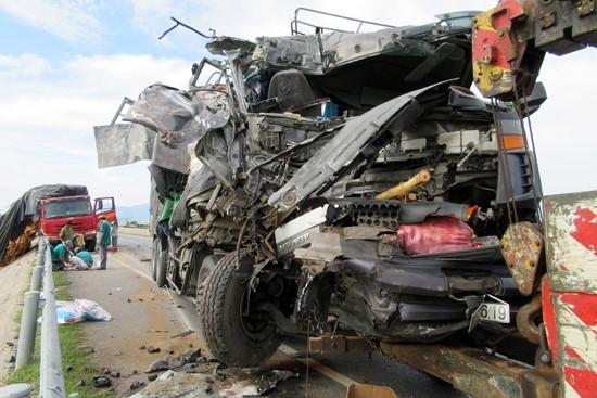 Tin TNGT mới nhất ngày 11/10: 2 xe tải đâm nhau, phụ xe 'kẹt' chết trong cabin 1
