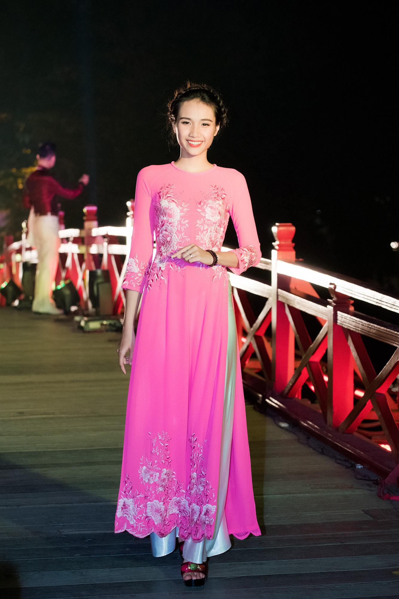 Tố Như tiếp tục làm vedette trong màn trình diễn áo dài Lan Hương 6
