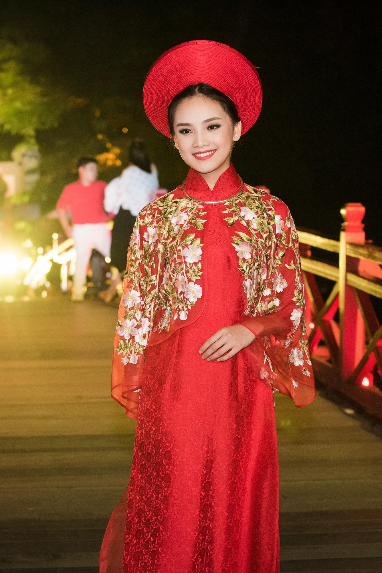 Tố Như tiếp tục làm vedette trong màn trình diễn áo dài Lan Hương 2