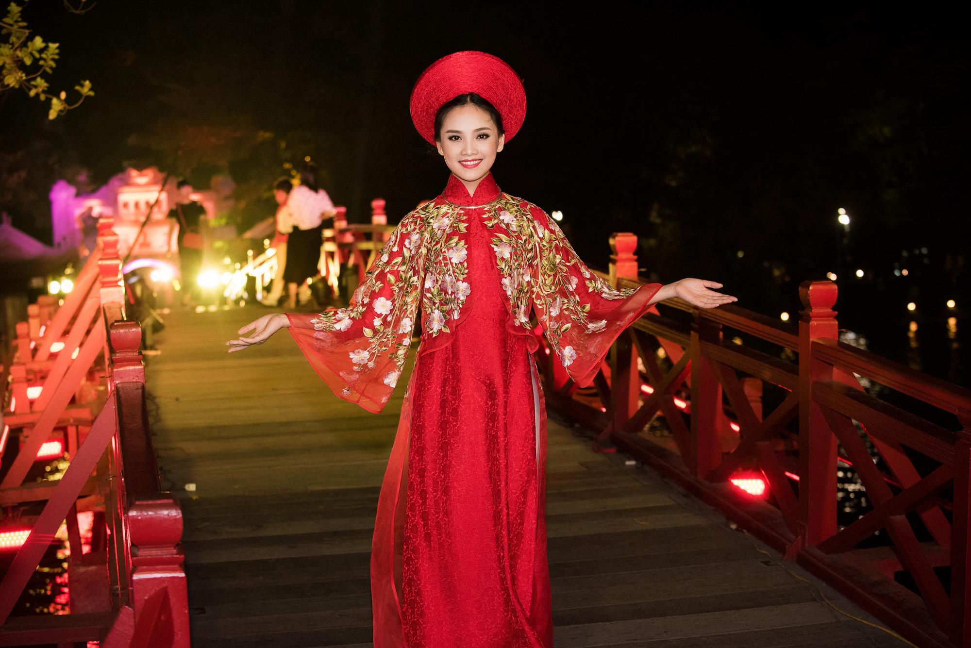 Tố Như tiếp tục làm vedette trong màn trình diễn áo dài Lan Hương 3