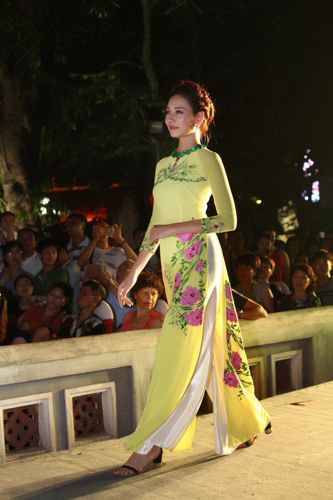 Tố Như tiếp tục làm vedette trong màn trình diễn áo dài Lan Hương 8