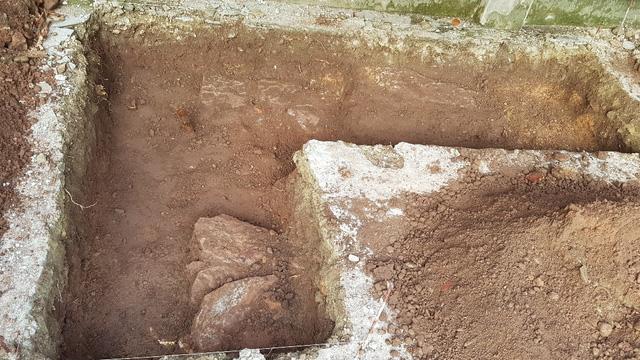 Dấu vết nghi móng tường thành tại nơi tìm kiếm mộ vua Quang Trung 1