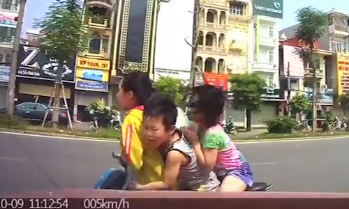 Video: Cô gái chở hai em bé chạy ngược chiều bị ôtô tông ngã nhào 1
