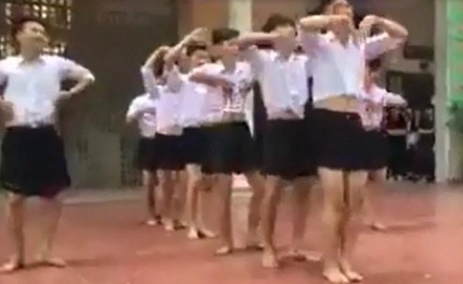Nam sinh Hà Nội mặc váy ngắn nhảy tại trường gây tranh cãi 1