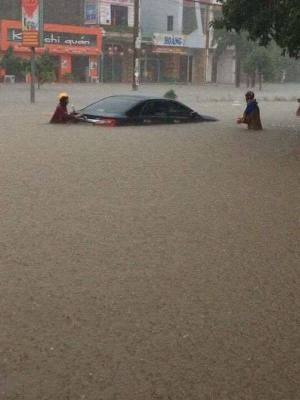 Quảng Bình: Mưa lớn kèm lũ quét khiến nhiều ô tô bơi trên đường 3