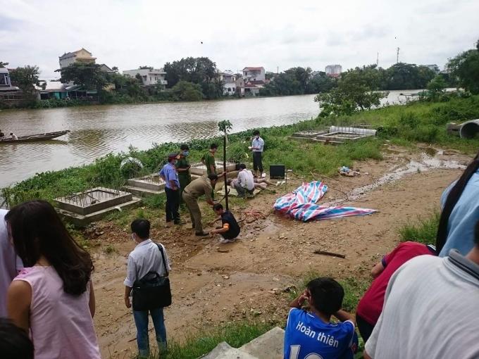 Thi thể người đàn ông đang phân hủy nổi trên sông 1