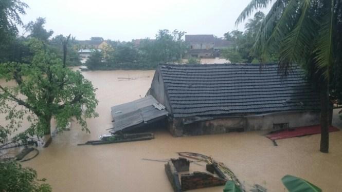 Mưa lũ miền Trung, hàng nghìn ngôi nhà bị nhấn chìm tới tận nóc 10