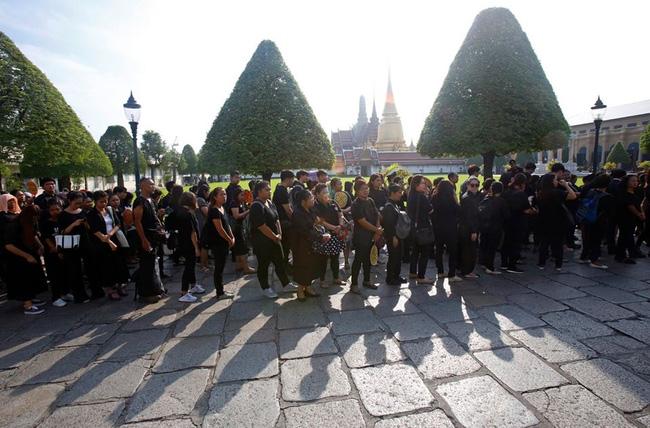 Người dân Thái Lan xếp hàng dài chờ viếng Quốc vương Bhumibol 5