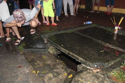 Bé trai 8 tuổi bị nước cuốn xuống cống trong mưa lớn 1