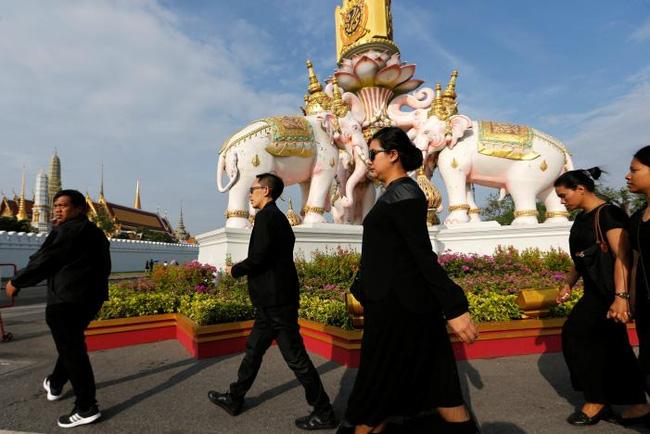 Người dân Thái Lan xếp hàng dài chờ viếng Quốc vương Bhumibol 8