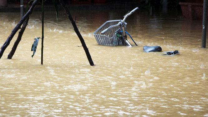 Mưa lũ Miền Trung: Nhiều người chết và mất tích, tàu thuyền bị trôi ra biển 2