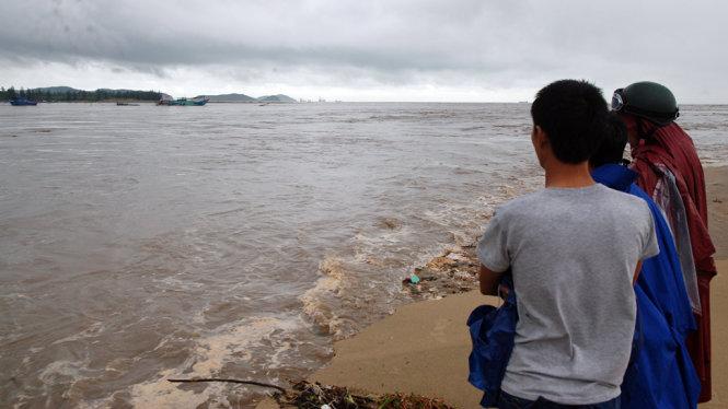 Mưa lũ Miền Trung: Nhiều người chết và mất tích, tàu thuyền bị trôi ra biển 5
